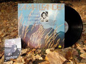 Eine Schallplatte von Zarah Leander neben einer Postkarte aus Harkau