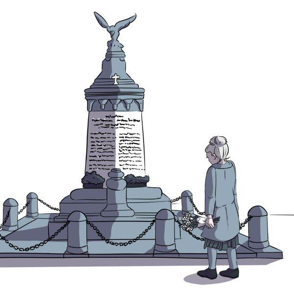 Maria Pratscher gedenkt der Opfer des Ersten Weltkrieges in Harkau vor dem Kriegerdenkmal